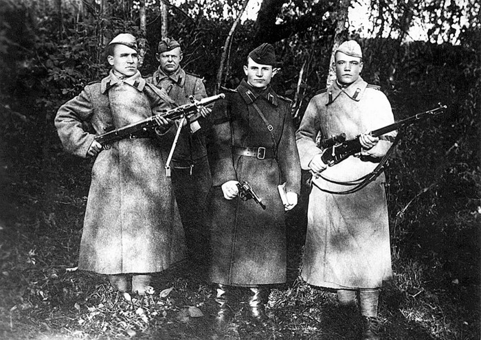 Foto no Latvijas Kara muzeja fondiem. Sarkanarmieši, kas 1946. gadā apsargāja Sinoles pagasta izpildu komiteju no partizānu uzbrukumiem.