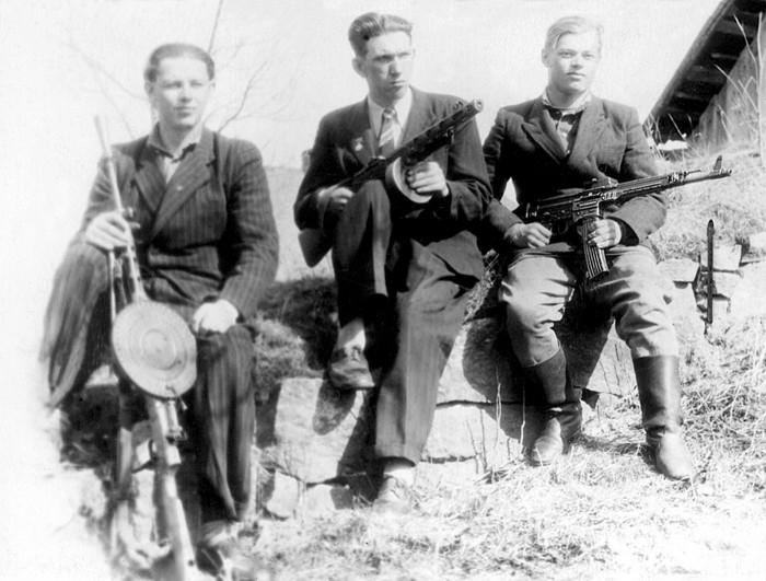 Foto no Latvijas Kara muzeja fondiem. Iznīcinātāju grupa Ērgļos. 1951. gads.